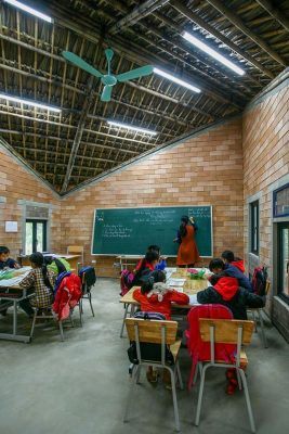 bên trong lớp học